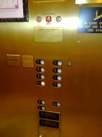 Hilton Arlington: Very Old Lift