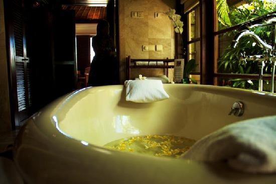Four Seasons Resort Bali at Jimbaran Bay: My favourite part of the villa (yes, more so than the private pool) was the huge tub and the com