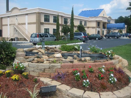 Travelodge Perry GA: Fountain Front