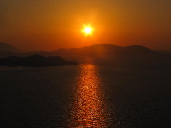 Auberge Kalopetri: Sunset at the castle