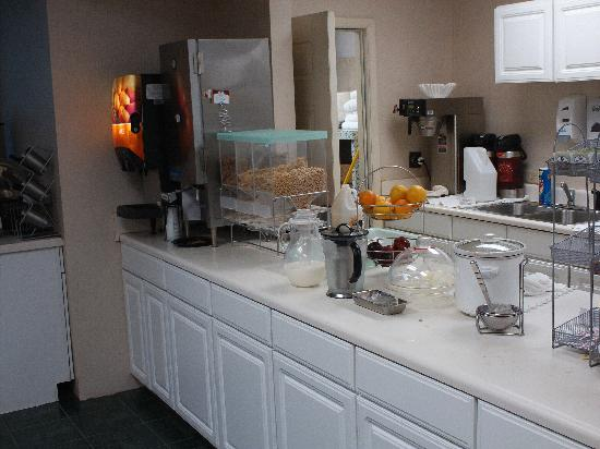 Comfort Suites: part of the breakfast bar