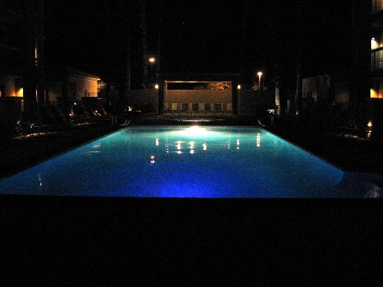 ‪كورت يارد باي ماريوت بالم سبرنجز: Pool area at night.‬