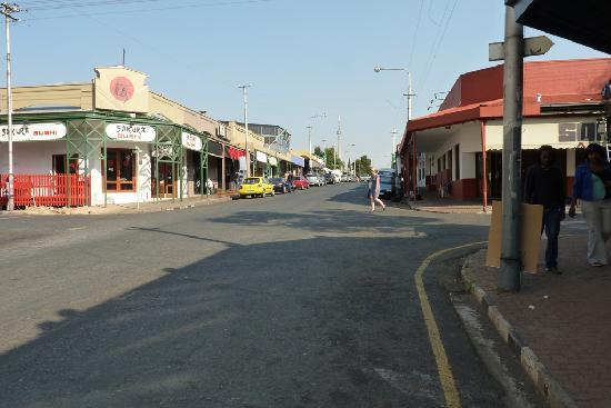 Saffron Guest House: Main street of Melville