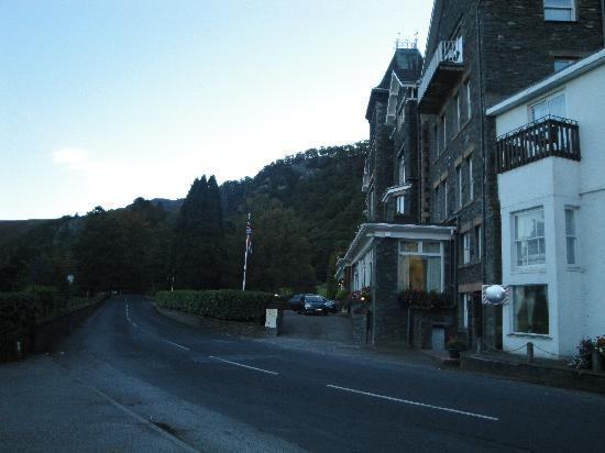 Borrowdale, UK: The road to the front of the hotel, nowhere near the waters edge as the photo's suggest