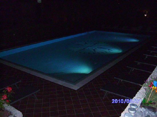 Wellness Hotel Casa Barca: the pool at night
