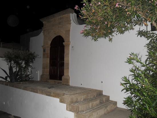 Tota Studios and Apartment: main door to courtyard