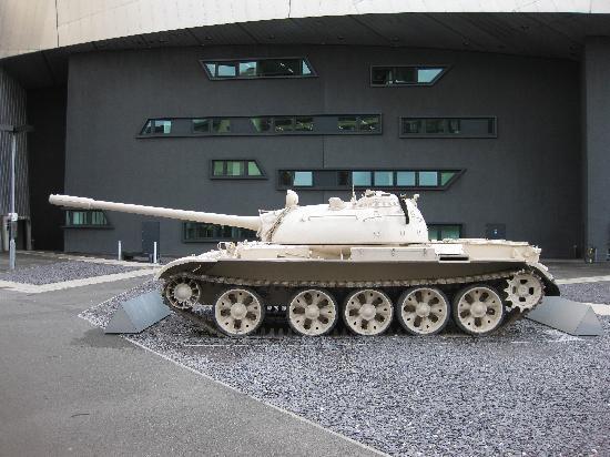 Imperial War Museum North: Panzer vor dem Museum