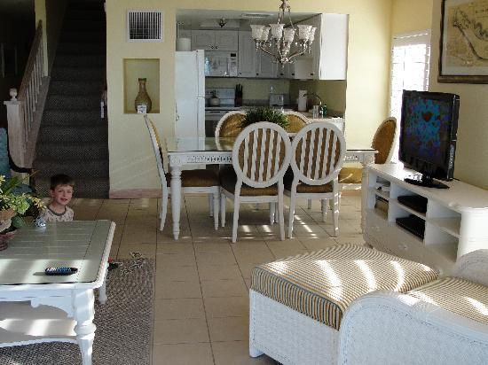Hurricane House Resort: Living Room/Kitchen