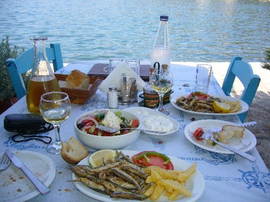 Meganisi, Yunani: Lazy lunch in the harbour