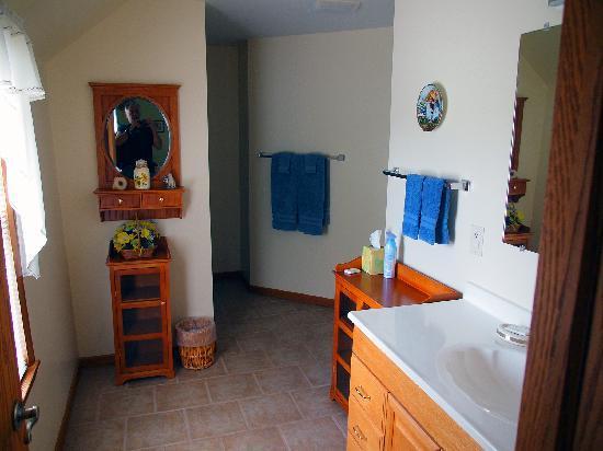 Sunflower Inn of Yoder: Bathroom
