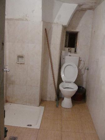 Petra Hotel & Hostel: salle de bain commune