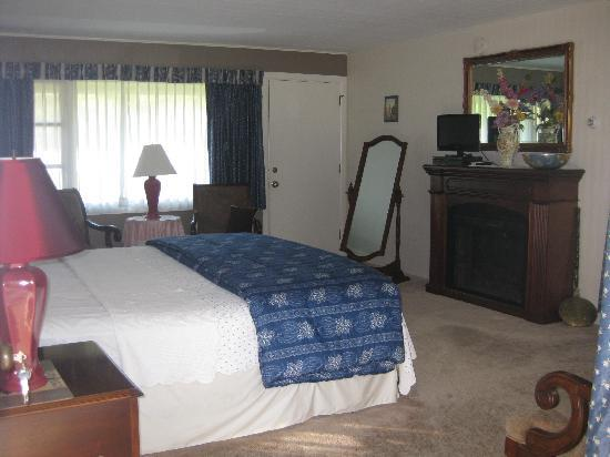 Weathervane Motel: De lux room with king size bed and fireplace