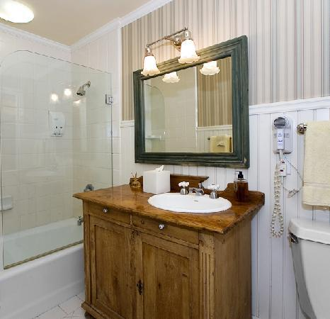 Annie's Cottage: Bath with full tub and hairdryer