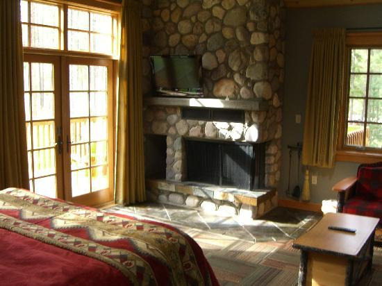 Alpine Village Cabin Resort - Jasper: Corner wood burning fireplace