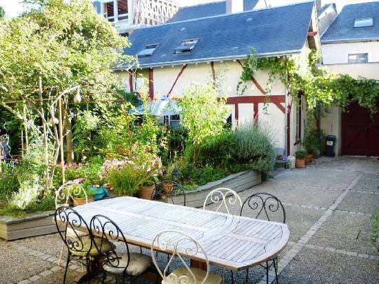 La Grange Chambres: Courtyard