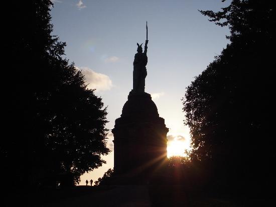 Hermannsdenkmal : Das Denkmal im Gegenlicht