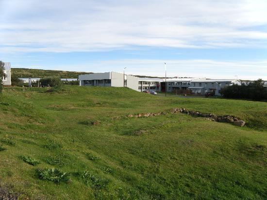 Fosshotel Reykholt: Hotel behind the excavated ruins of Snorri's farm