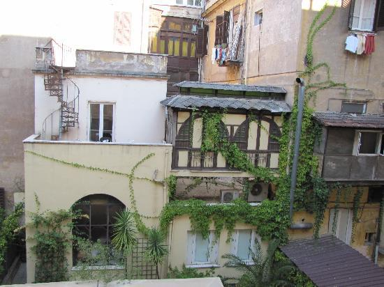 Hotel Galatea: Blick aus dem Zimmerfenster in den urigen Hinterhof