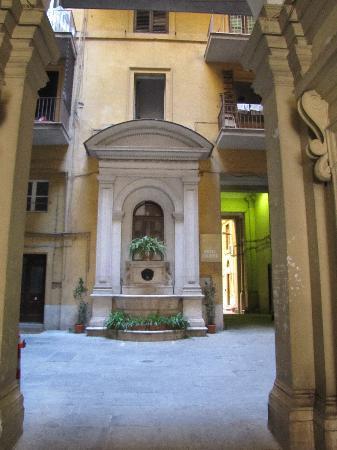 Hotel Galatea: Blick von der Straße in den Eingang zum Innenhof
