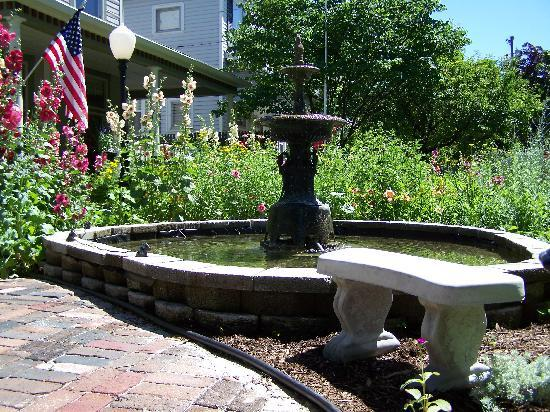 Ashley-Drake Historic Inn and Gardens: Front Fountain