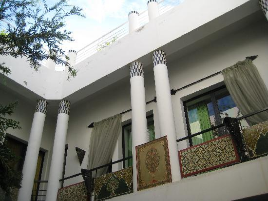 Riad Tchina : View upwards from next to the pool