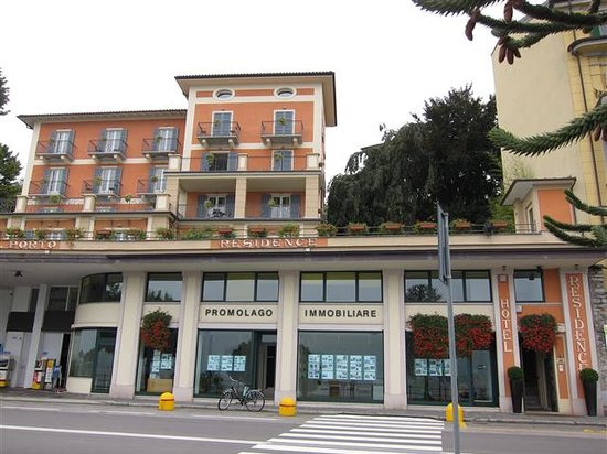 Hotel Residence La Luna Nel Porto : front of hotel. elevator on far right to grounds of hotel and lobby