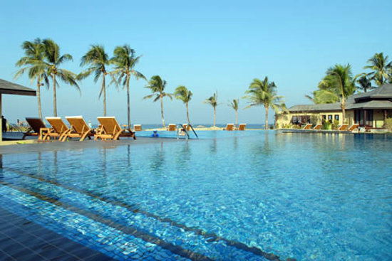 the most attractive swimming pool in ngwe saung