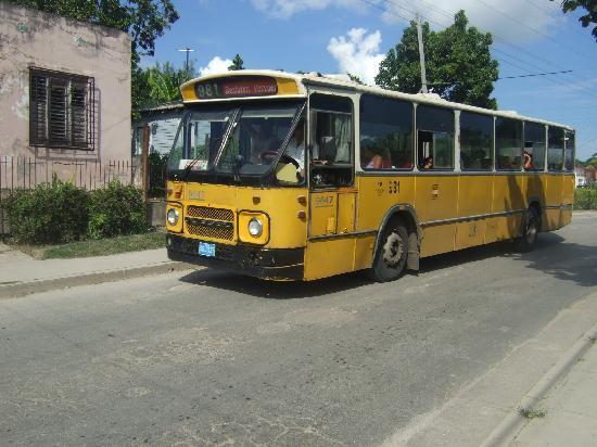 Banes, Kuba: Resort workers bus