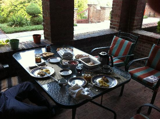 Chateau and Tudor Rooms, Saugerties Bed and Breakfast: Breakfast on the terrace