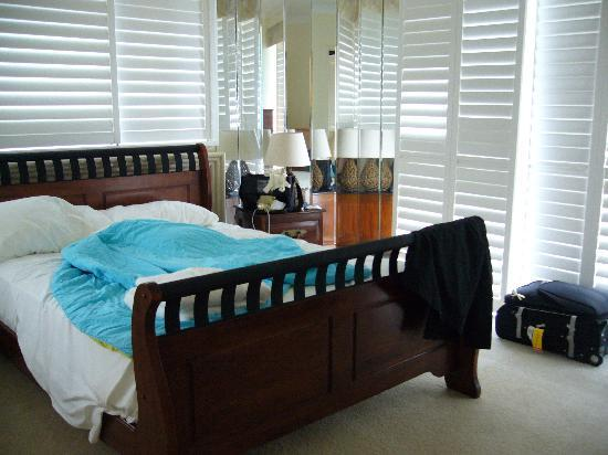 Surfers Mayfair Apartments: Master bedroom