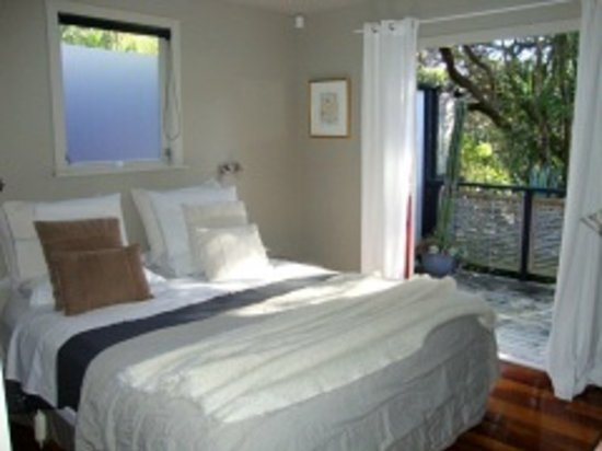 Black Sands Lodge: Kauri Suite - King bedroom with french doors
