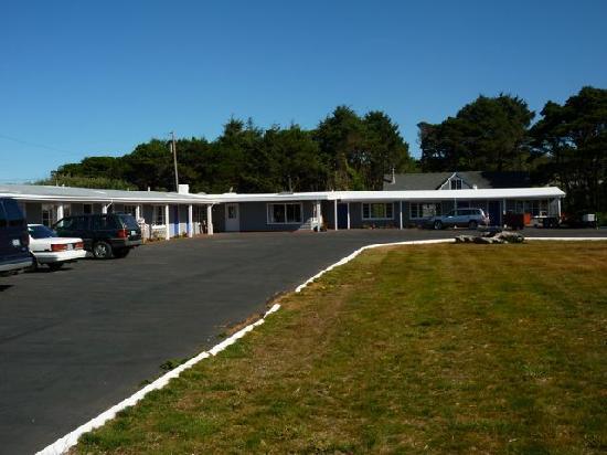 Deane's Oceanfront Lodge: Deane's von der Strasse aus gesehen