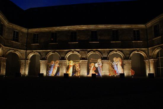 Hotel les Tilleuls: Bourges buildings illuminated at night