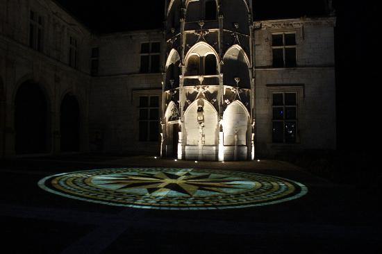 Hôtel Les Tilleuls : Bourges buildings illuminated at night