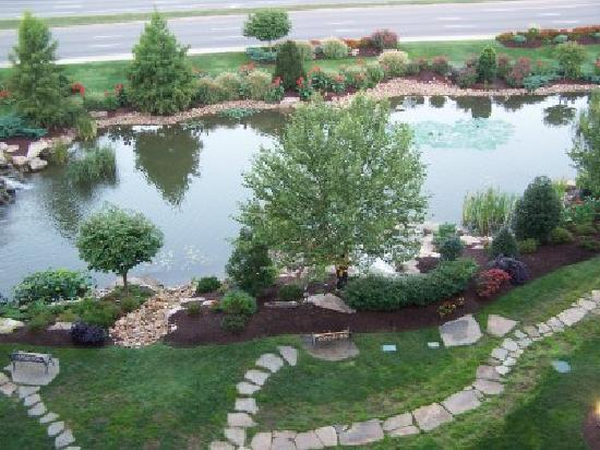 The Inn at Christmas Place: Meticulously maintained pond
