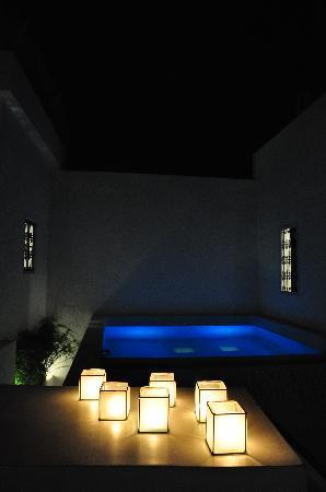 Dar Sabri : Rooftop terrace &  plunge pool by night