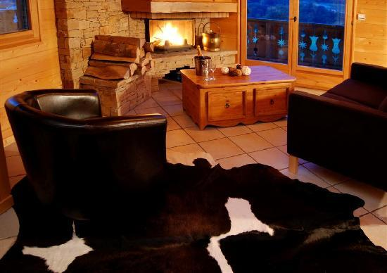 Mountain Spaces Chalet Doux Abri: Lounge and Log Fire