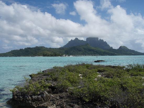 Bora Bora Beach Resort : Vue sur le lagon et au fond Bora et l'hotel