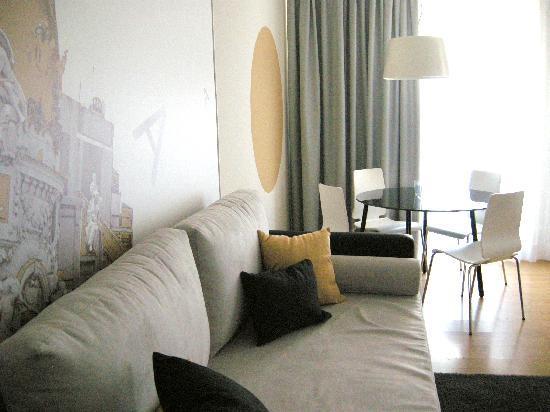Metropol Rooms Apartamentos : Salón con sofá cama
