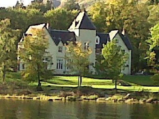 Glenfinnan House Hotel: The hotel from Loch Sheil