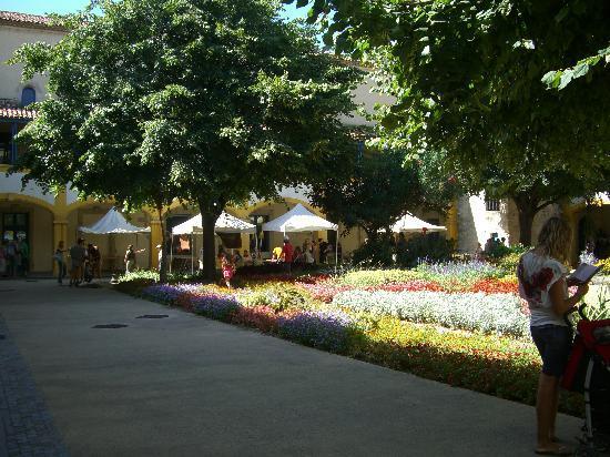 Arles, França: 夏の庭園はとてもきれいでした。
