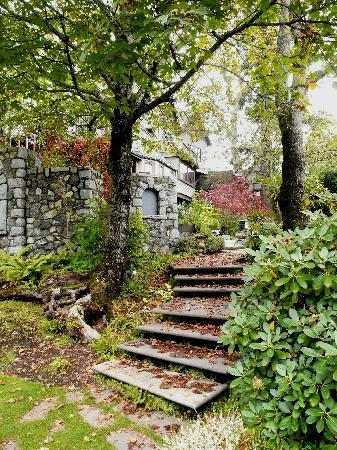 English Inn: Path in the gardens