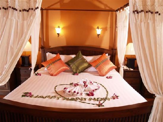 Royal Phawadee Village : romantic bed