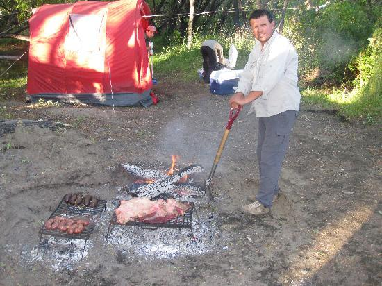 Outfitters Patagonia Fly Fishing Adventures - Day Tours: Cooking dinner