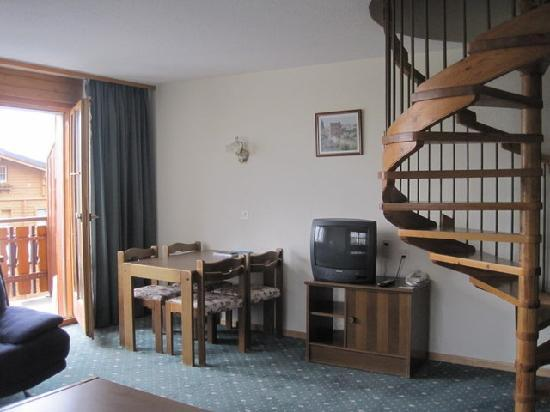 Grichting & Badnerhof Swiss Q Hotel: our living area of the 2 bdr apt