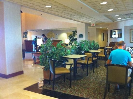 Wingate by Wyndham Montgomery: Breakfast lobby