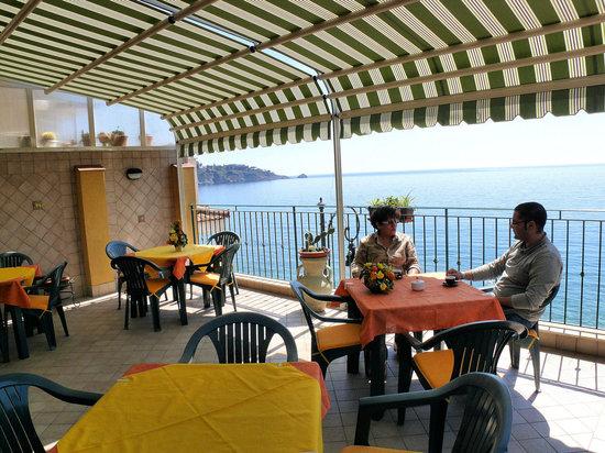 B&B Miramare: La meravigliosa terrazza direttamente sul mare