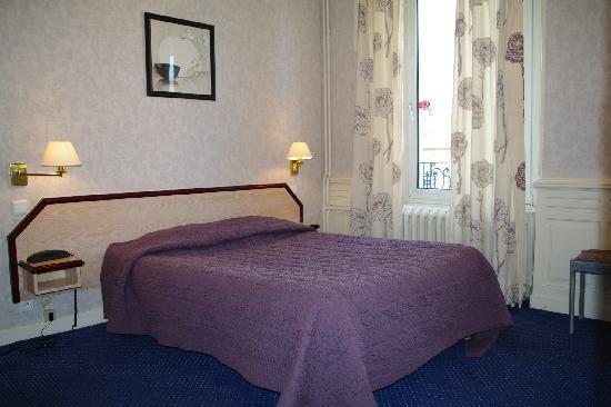 Hotel Restaurant Les Capucins : autre chambre