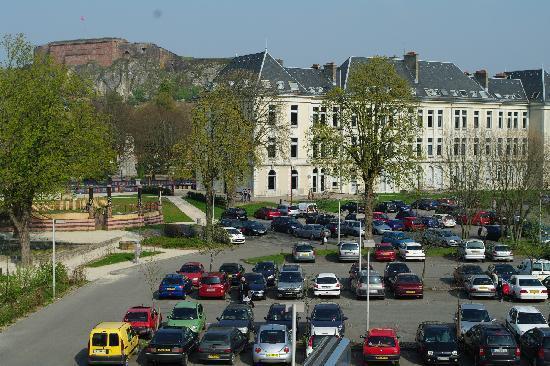 Hotel Restaurant Les Capucins : vue des chambres devant (vaste parking, vue chateau et Lion)