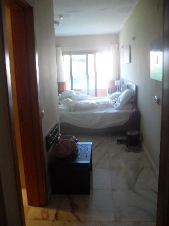 Hotel Topazio: Bedroom area, door to own balcony